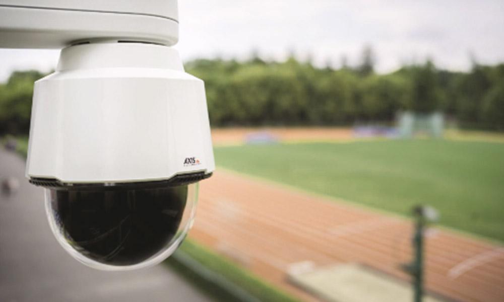 Axis Überwachungskamera sichert Sportplatz